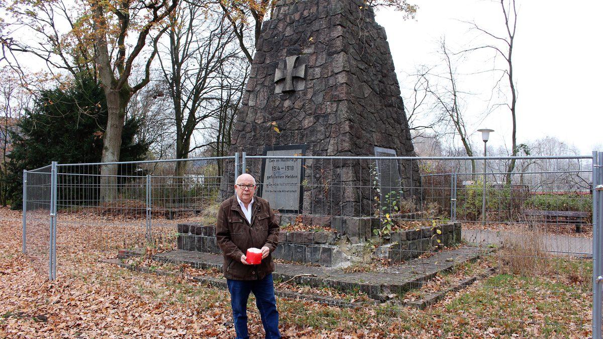Karl-Heinz Warnholz (MdHB) vor dem Kriegerdenkmal im Jugendpark Rahlstedt