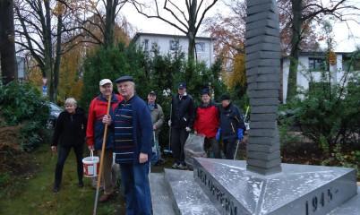 11.11.2017 – Reinigung und Pflege des Denkmals Kriegsopfer Rahlstedt zum Volkstrauertag